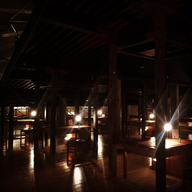 #寺山修司記念館 の薄暗い室内に置かれた多くの木机の引き出しの中には、寺山さんの生い立ちや代表作の資料が陳列されていた。膨大な表現世界の迷宮から実世界に戻れるのか、クラクラしてる父の横で娘は